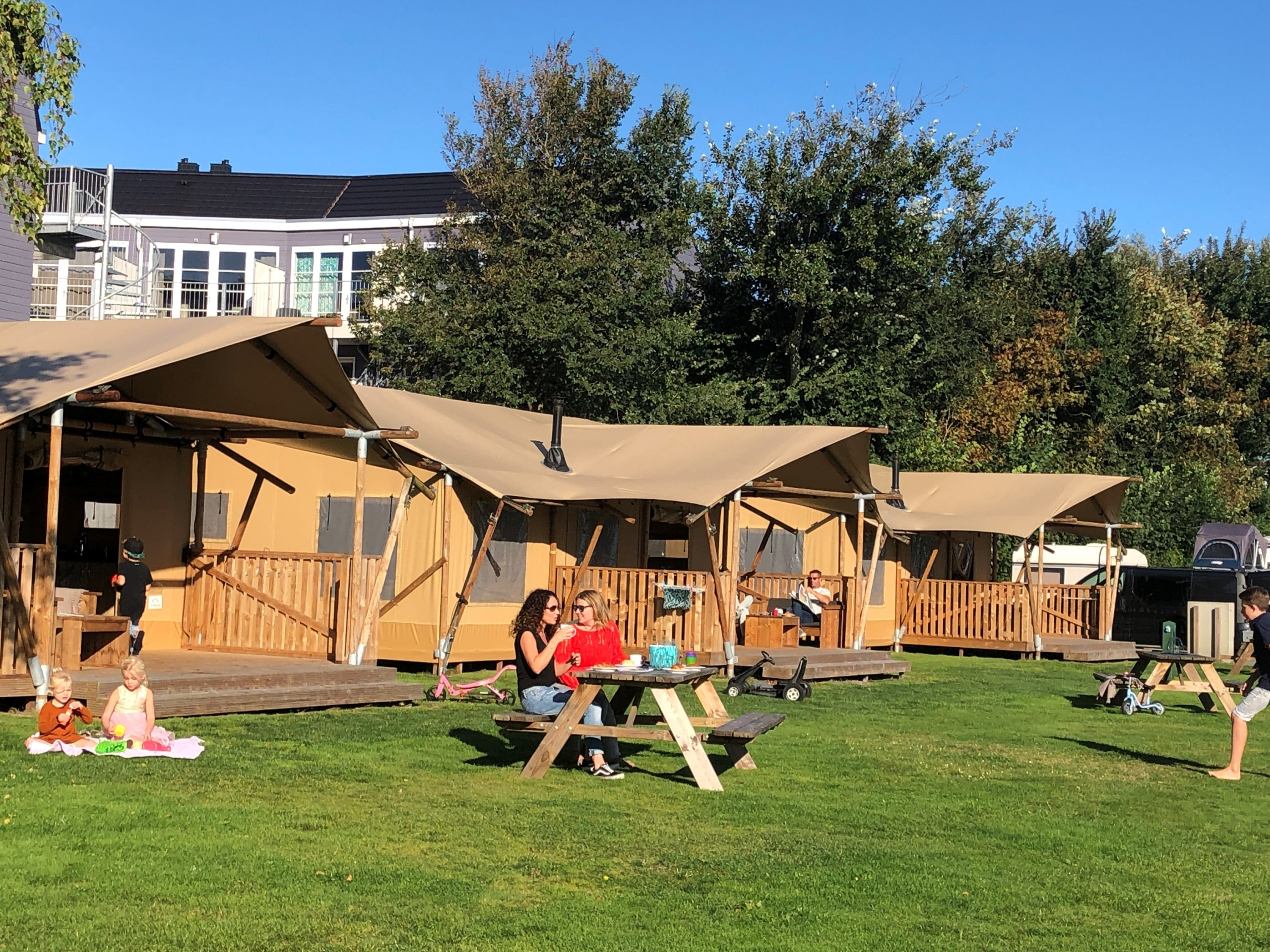 Glamping in a fully furnished lodge in De Koog.