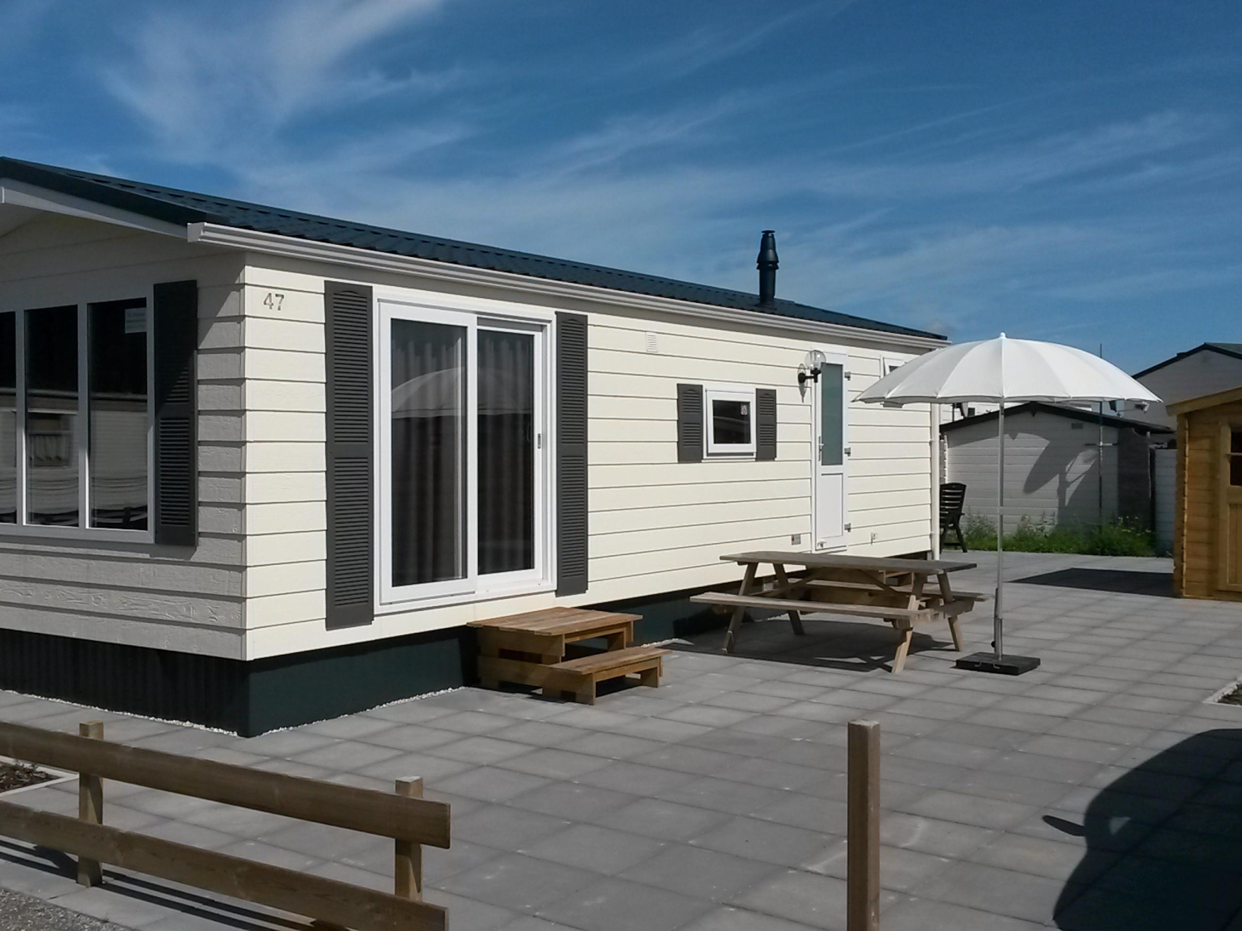Modern chalet met terras op het zuiden dichtbij het Noordzeestrand aan de rand van De Koog