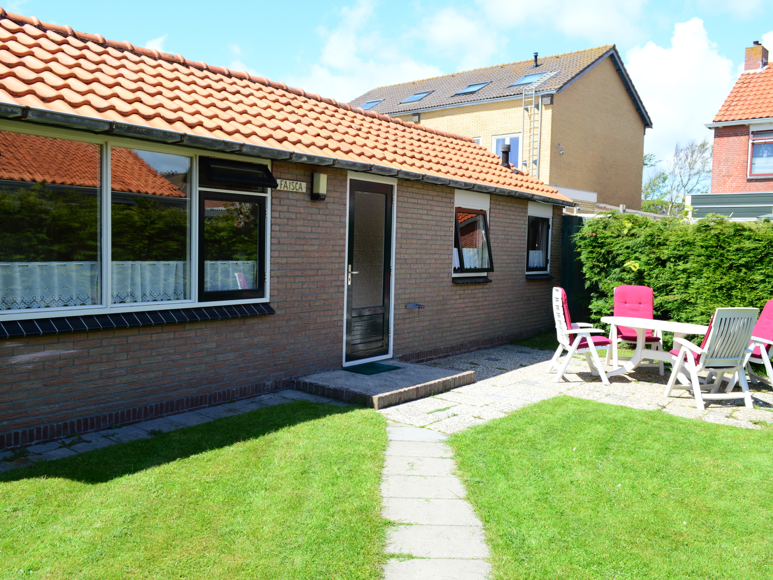 Cozy holiday home with the beach in your backyard in the middle of De Koog with its own parking space
