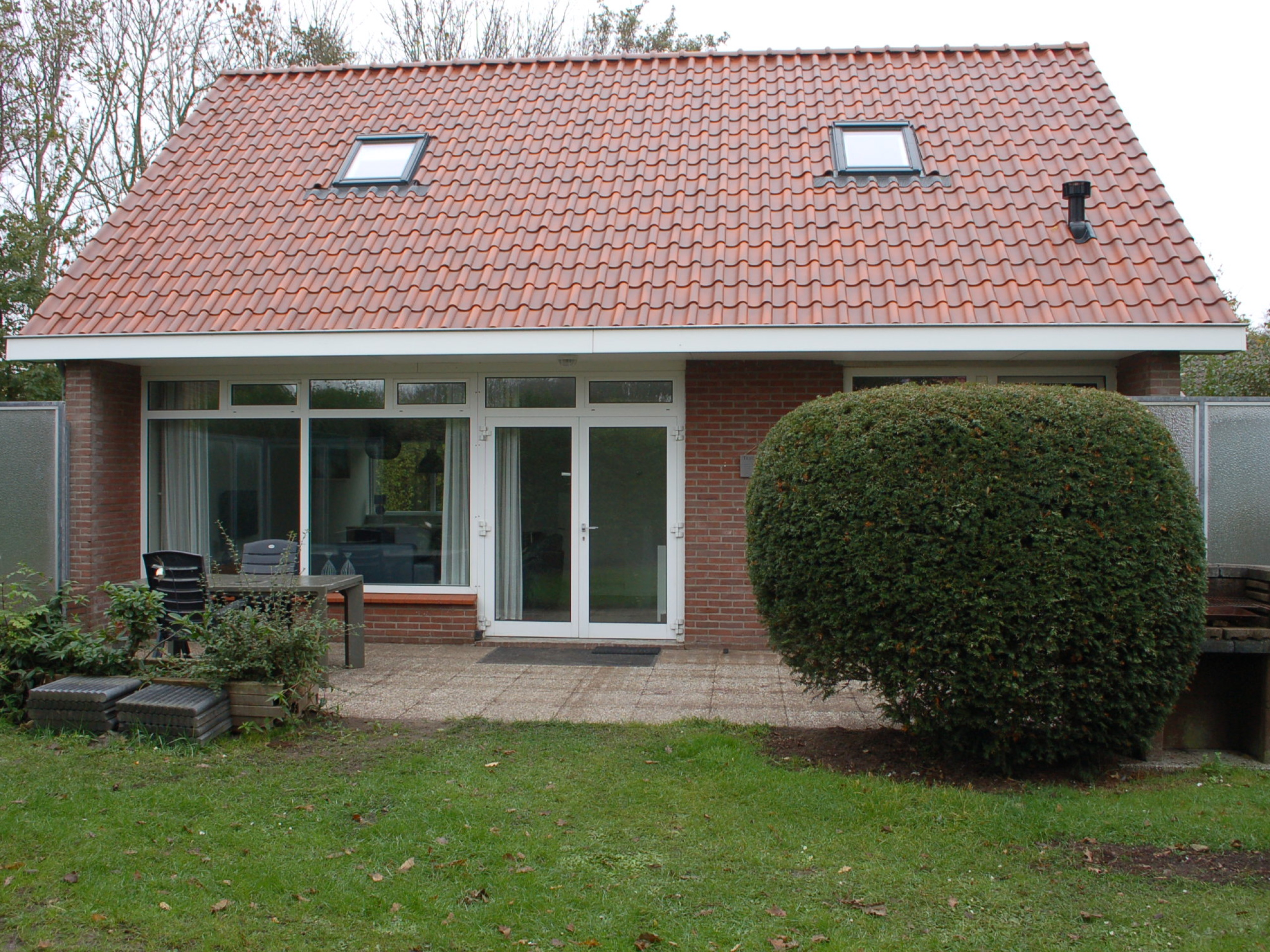 Detached holiday home with fireplace near De Slufter