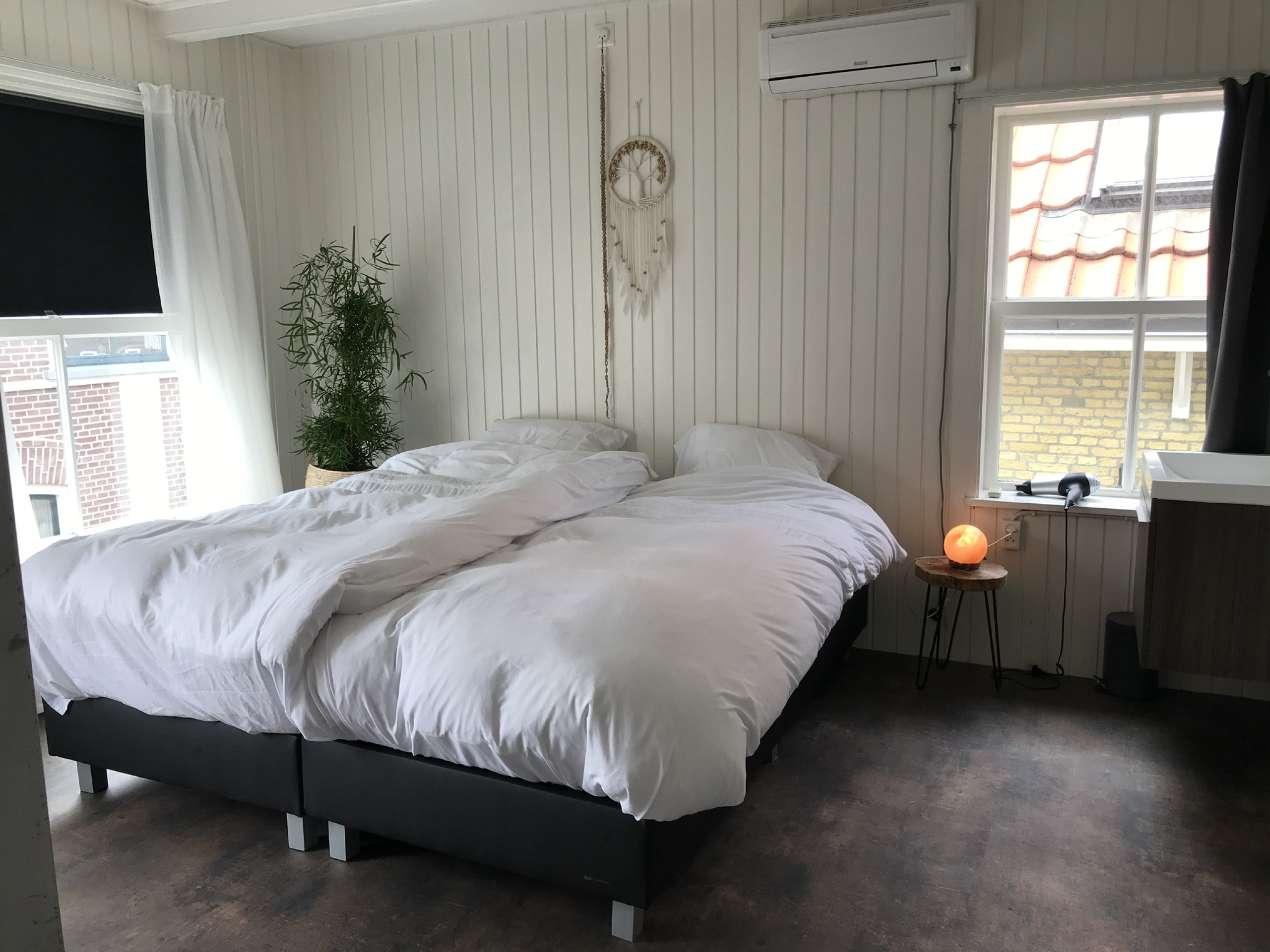Very spacious B&B in a former hotel, quietly located in the heart of Den Burg