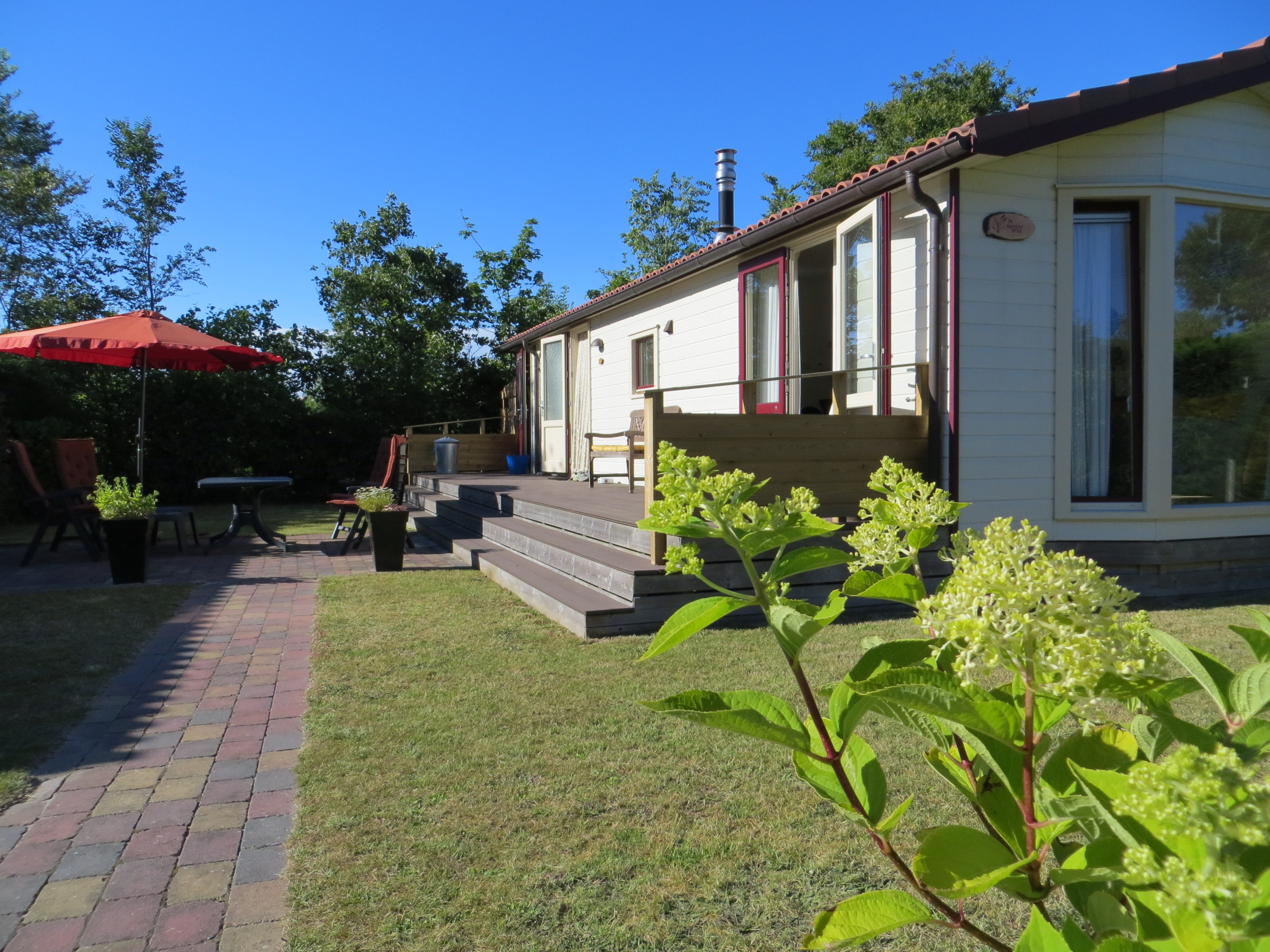 Completely furnished chalet with spacious enclosed garden and quiet location in forest De Dennen