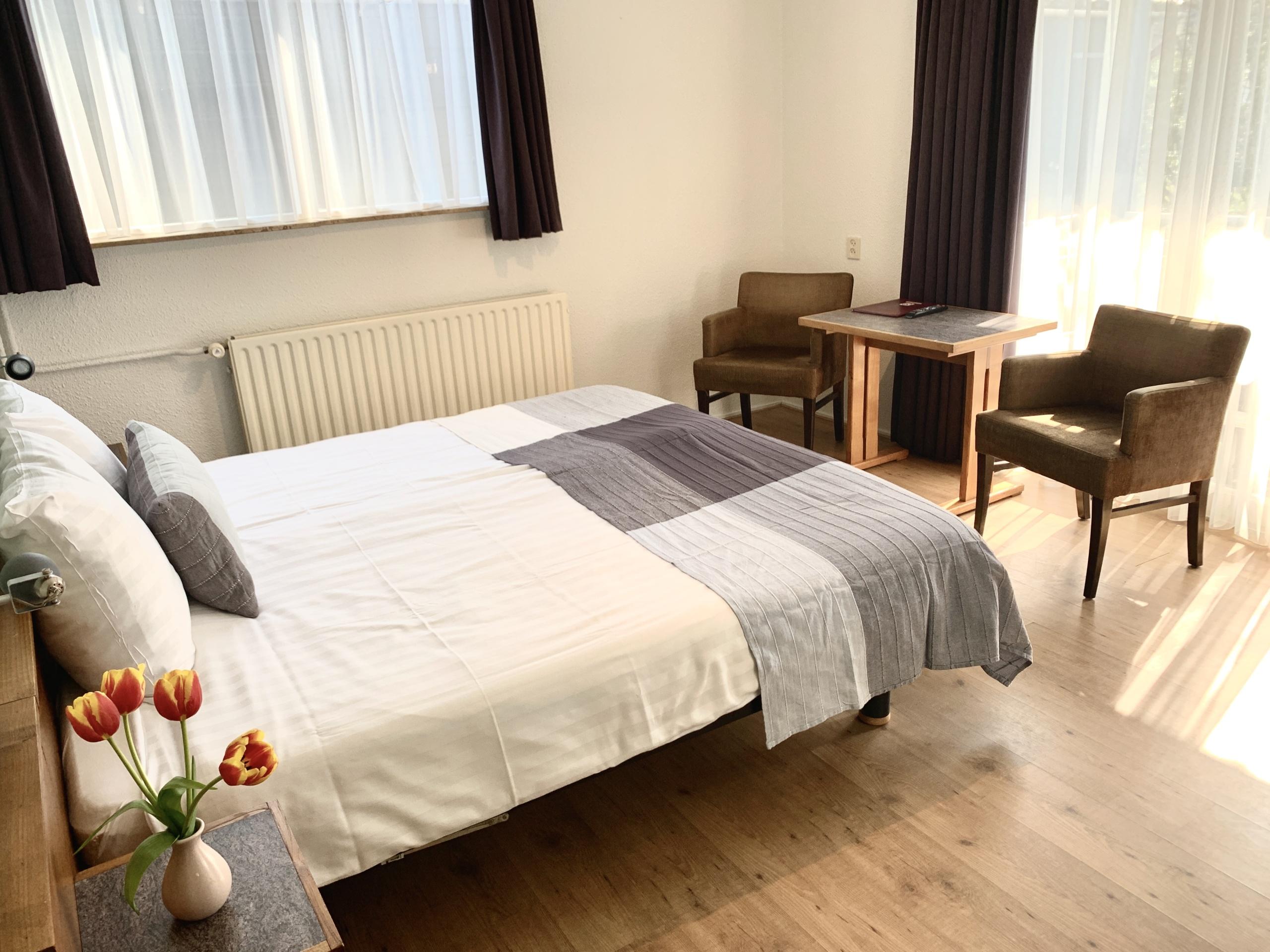Onthaasten in hotelkamer met terras in familiehotel in De Koog