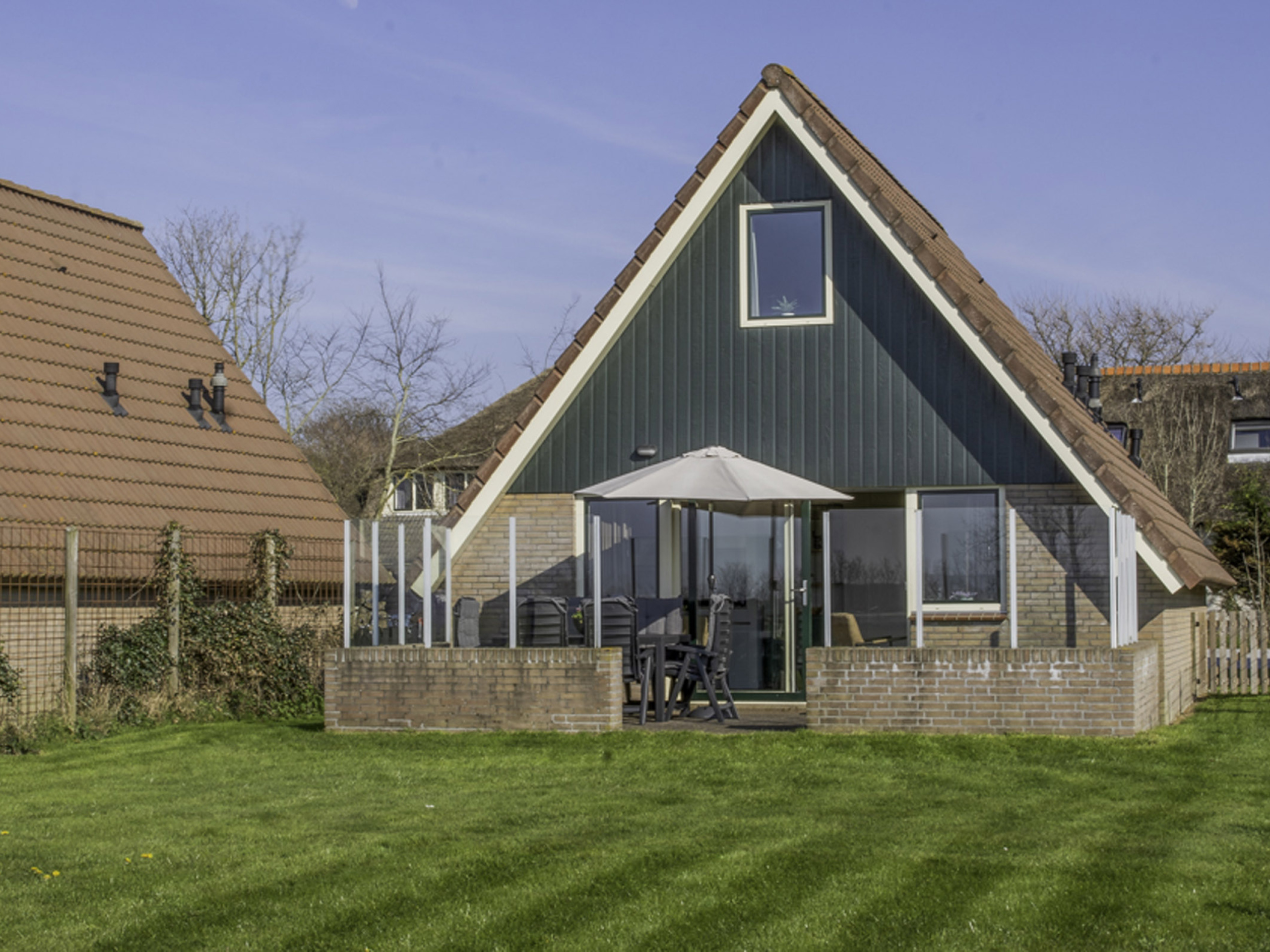 Comfortable spacious holiday home with a beautiful garden near De Koog