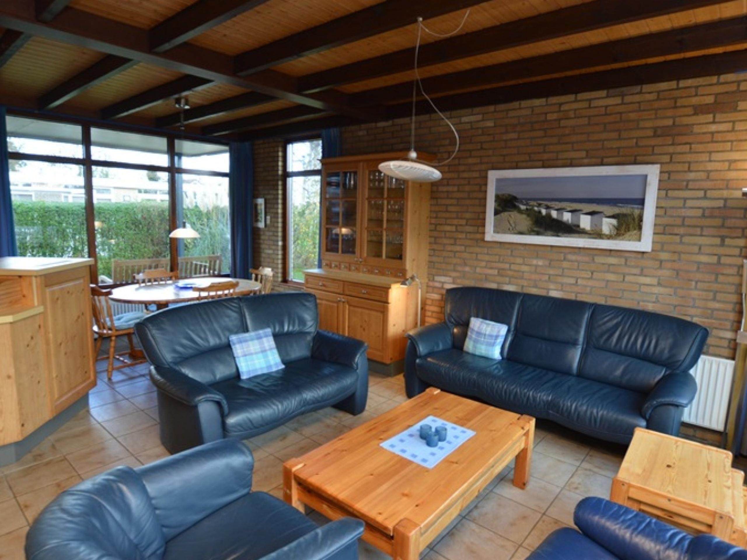Zeer compleet ingerichte, rustig gelegen vakantiehuis met ruime tuin en terras op het zuiden, gunstige ligging direct bij het bos nabij De Koog.