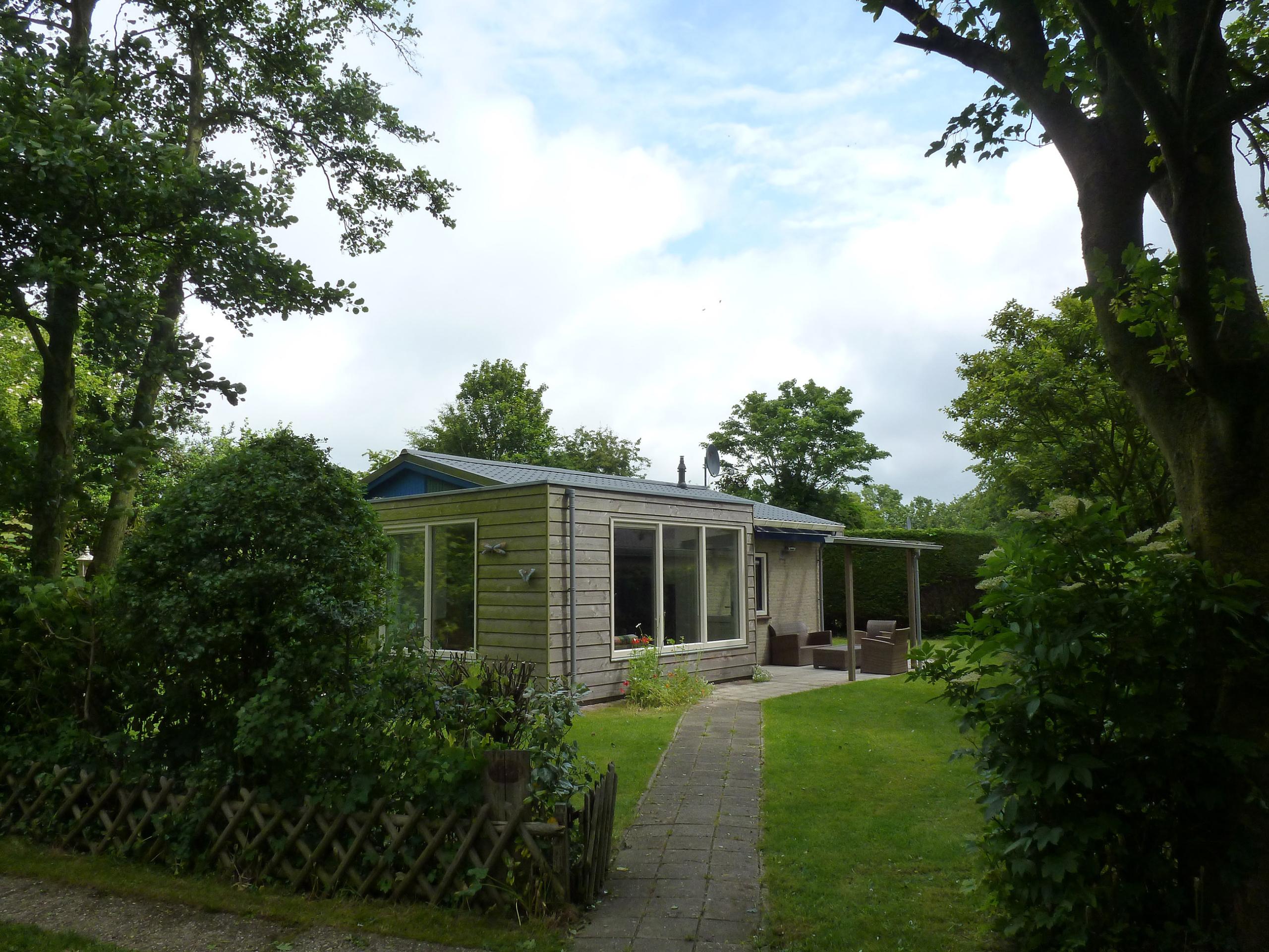 Ausspannen in separat gelegenem Ferienhaus mit großem Garten in Oosterend
