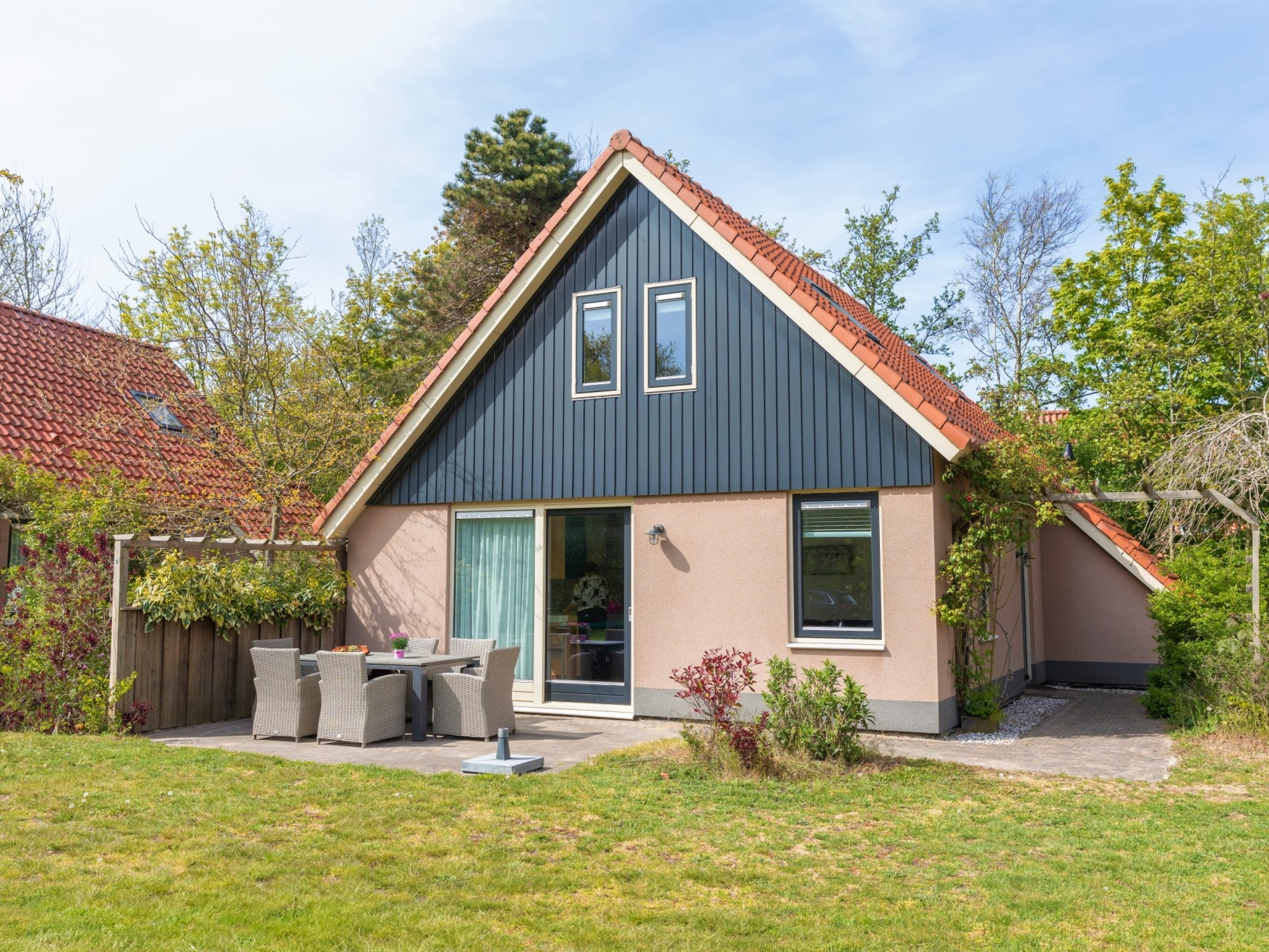 Large luxury bungalow with lots of privacy on the edge of De Koog