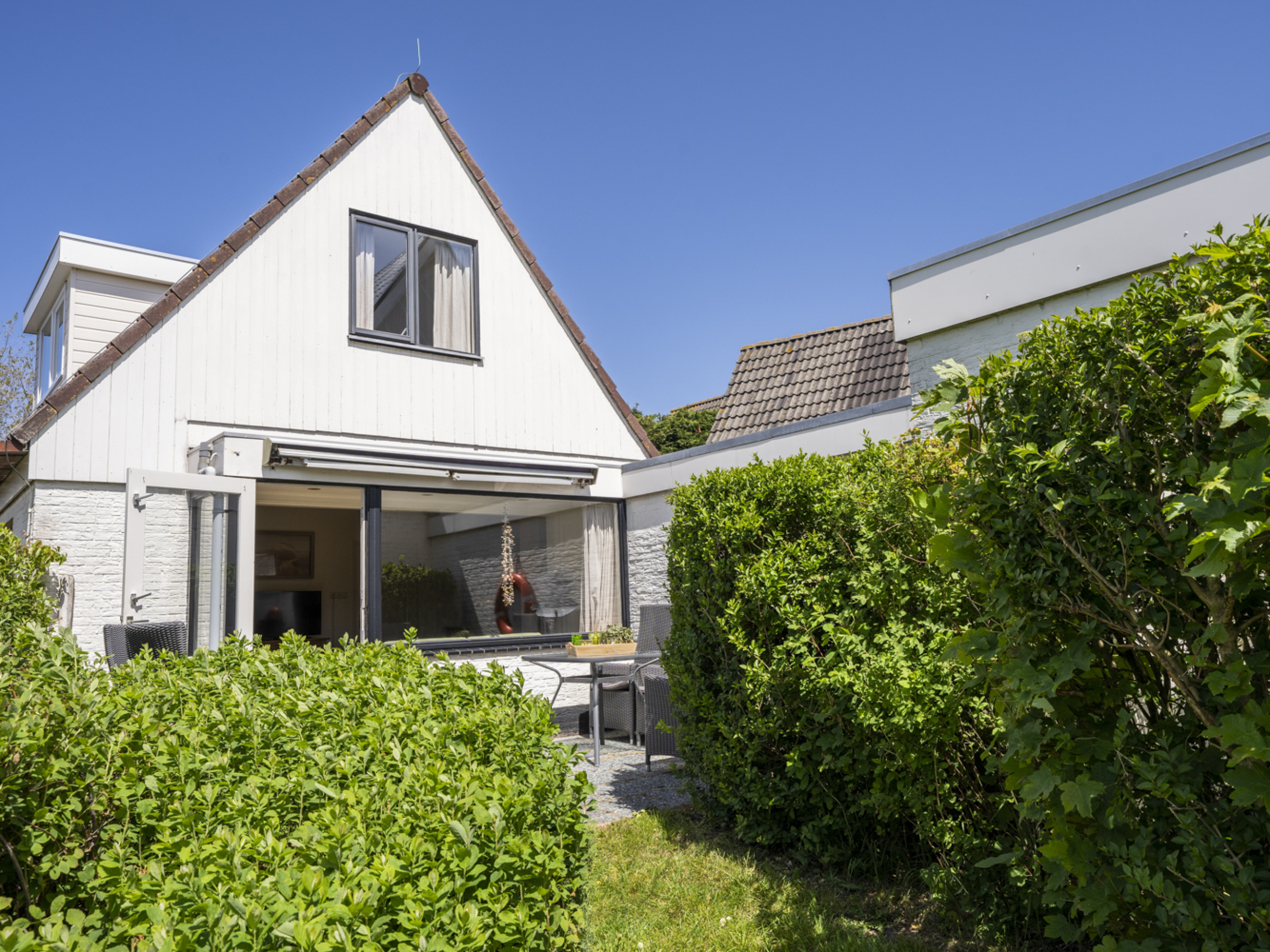 Unwind at this lovely holiday home in ideal location in De Koog