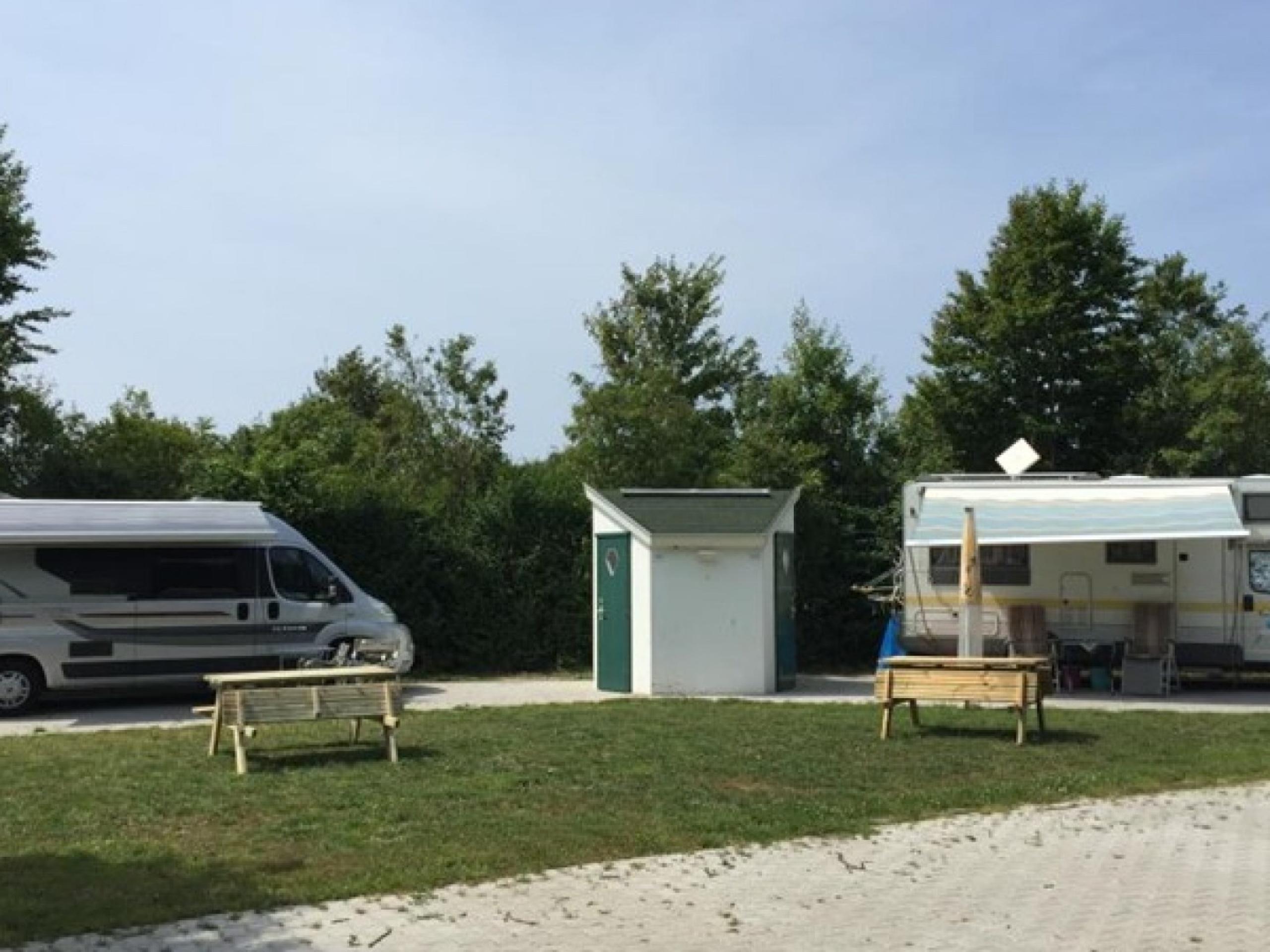 Komfortabler Wohnmobilstellplatz mit eigenen Sanitäranlagen mitten im Wald De Dennen