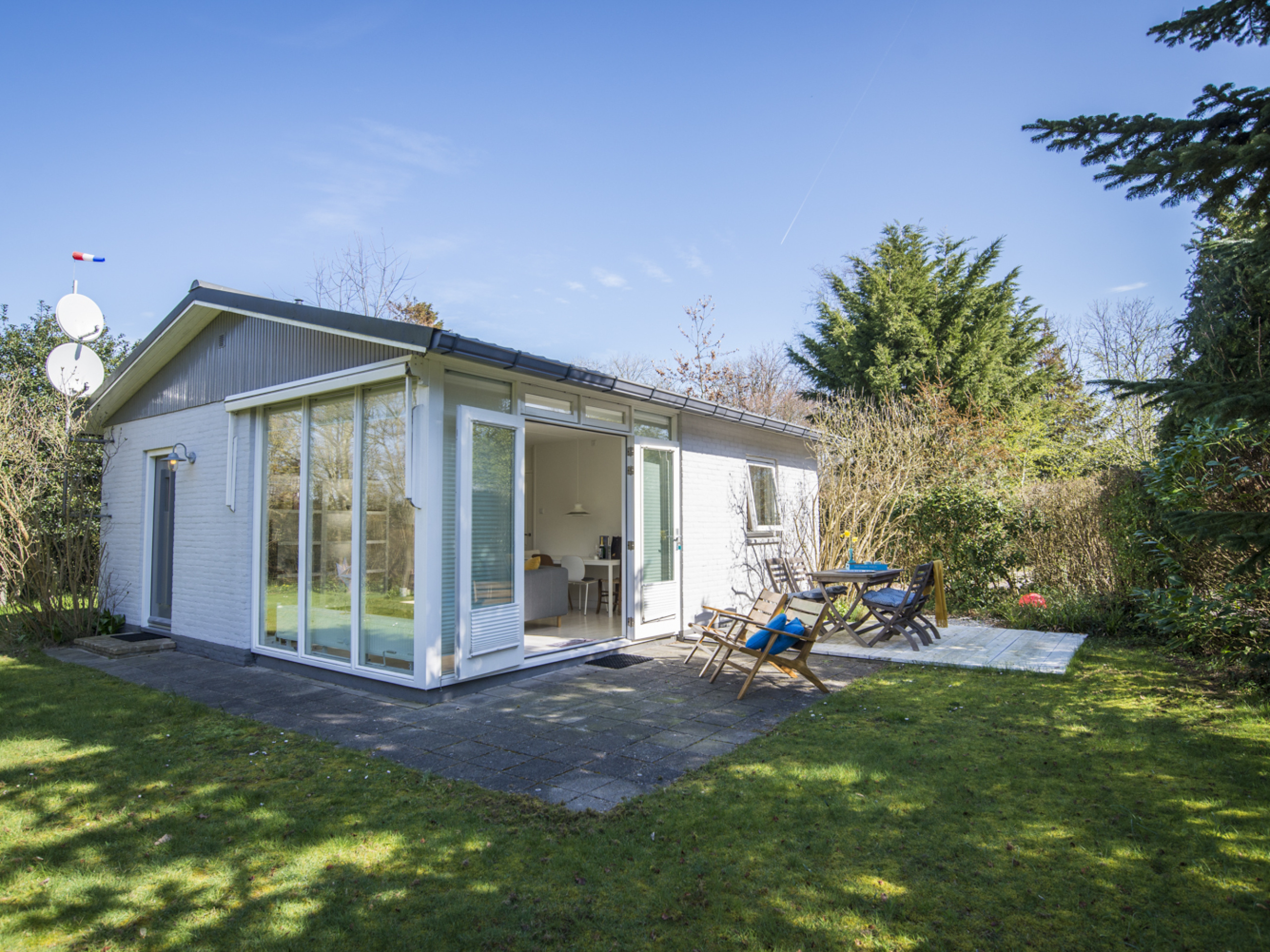 Detached bungalow on a small family park near Oosterend