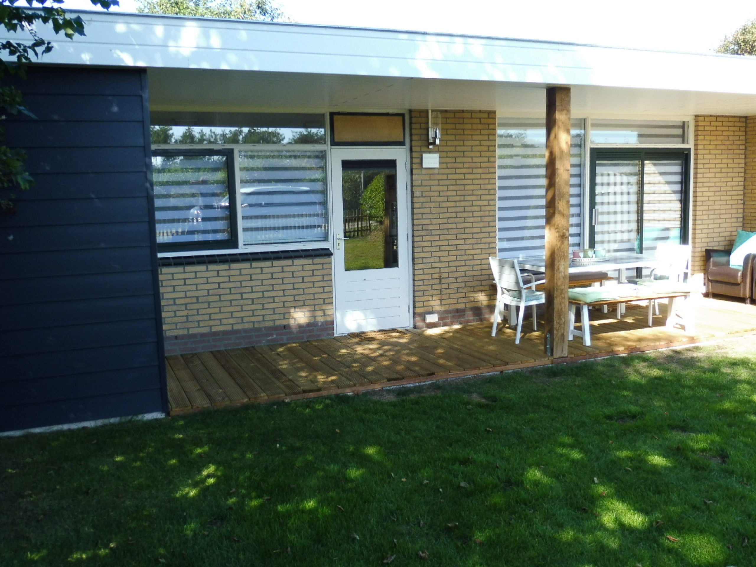 Enjoy a holiday within walking distance of De Slufter in this nice bungalow.