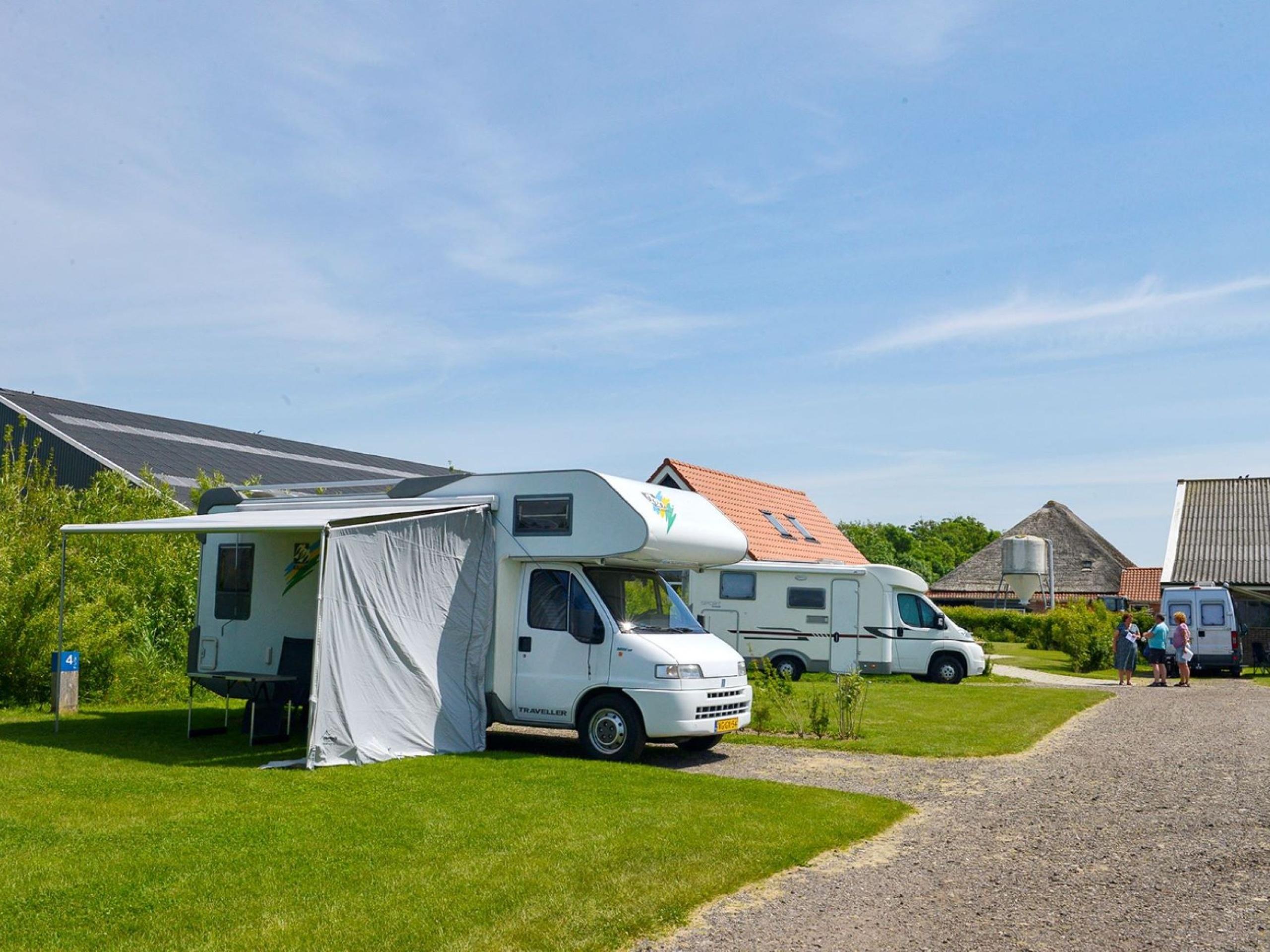 Geräumiger Camperplatz auf einem Bauernhofcamping