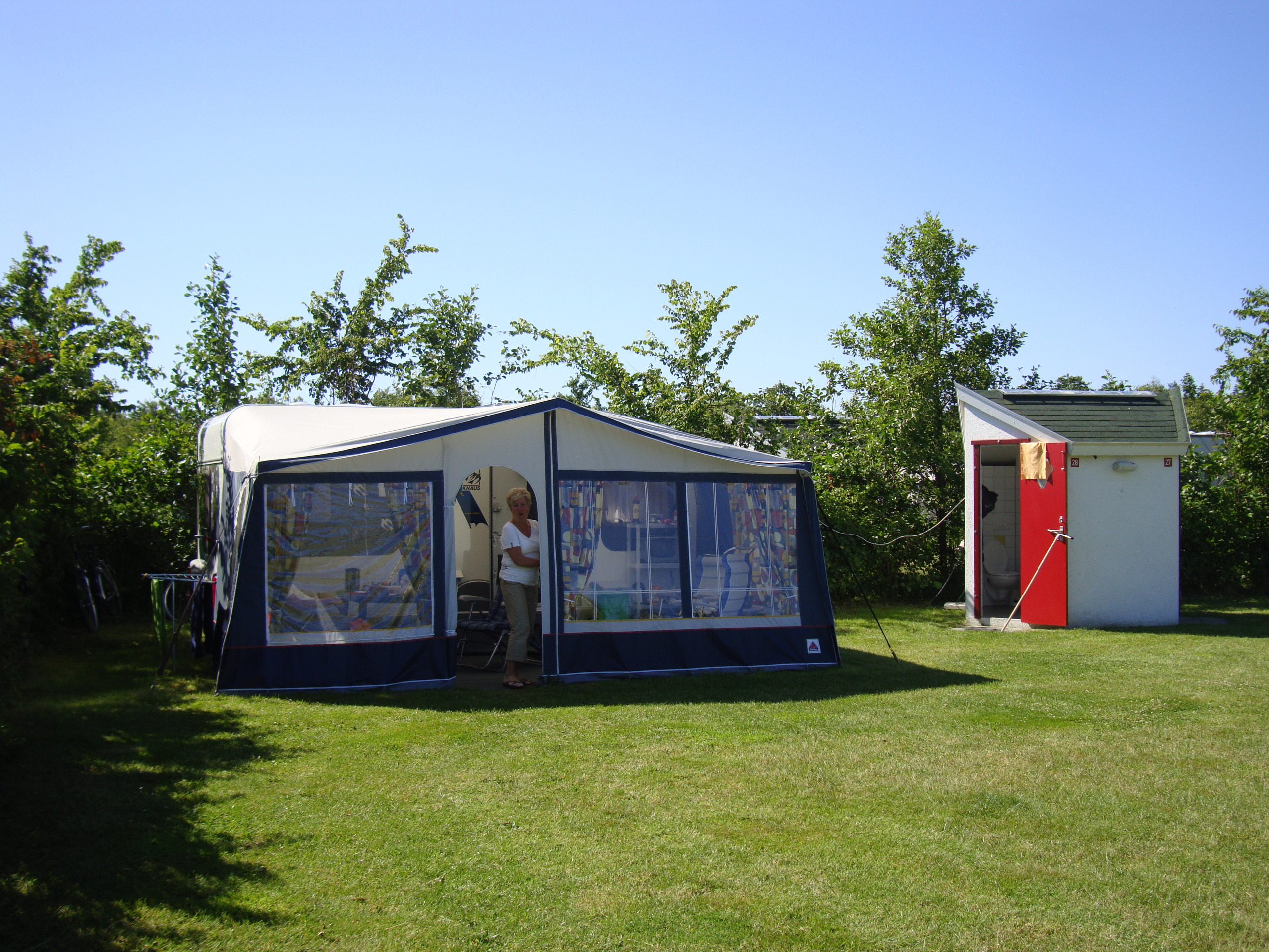 Camp luxuriously with its own sanitary facilities in the middle of forest De Dennen