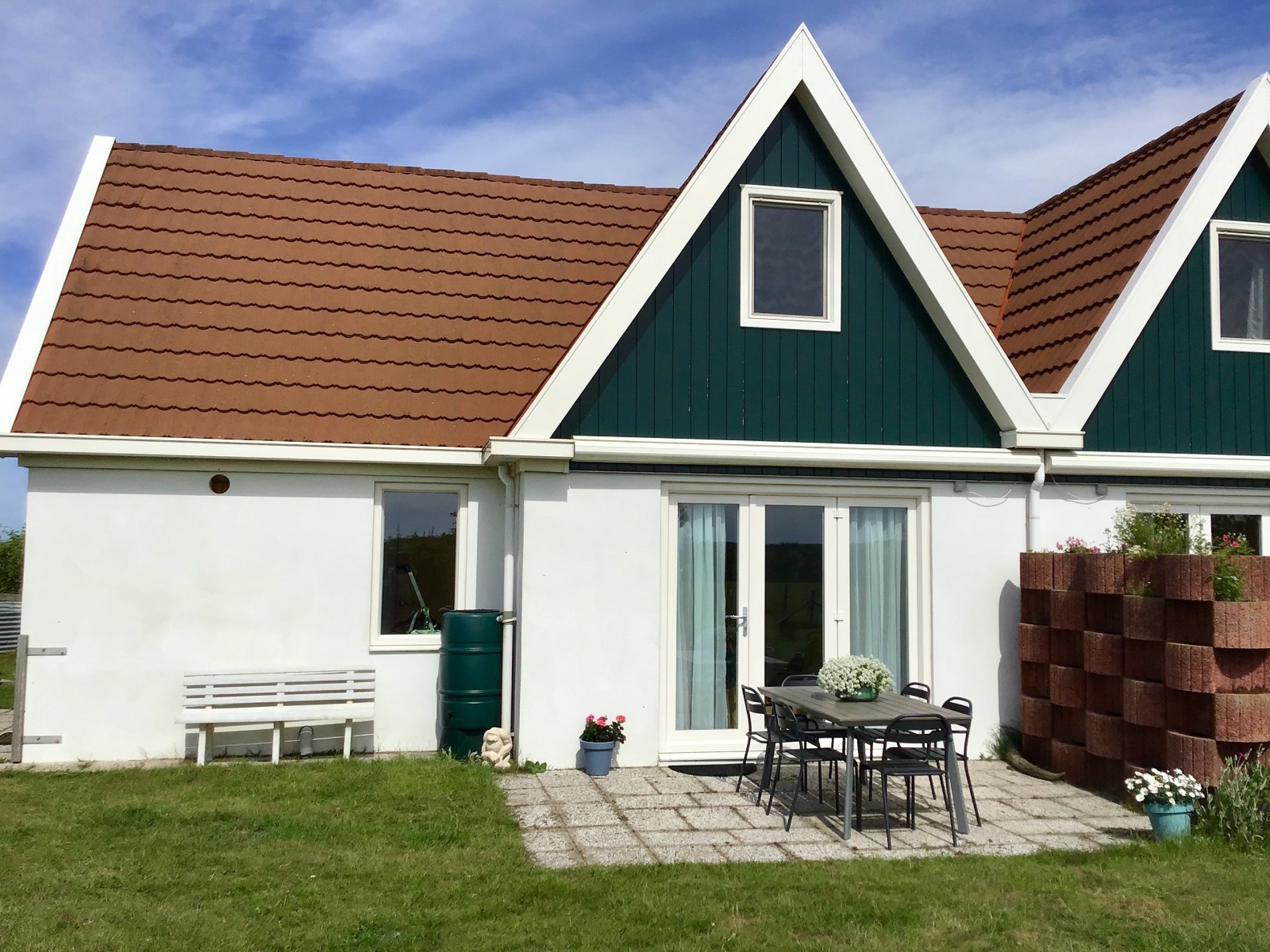 Relax in a beautiful spacious holiday home with extensive garden between Texel meadows and animals
