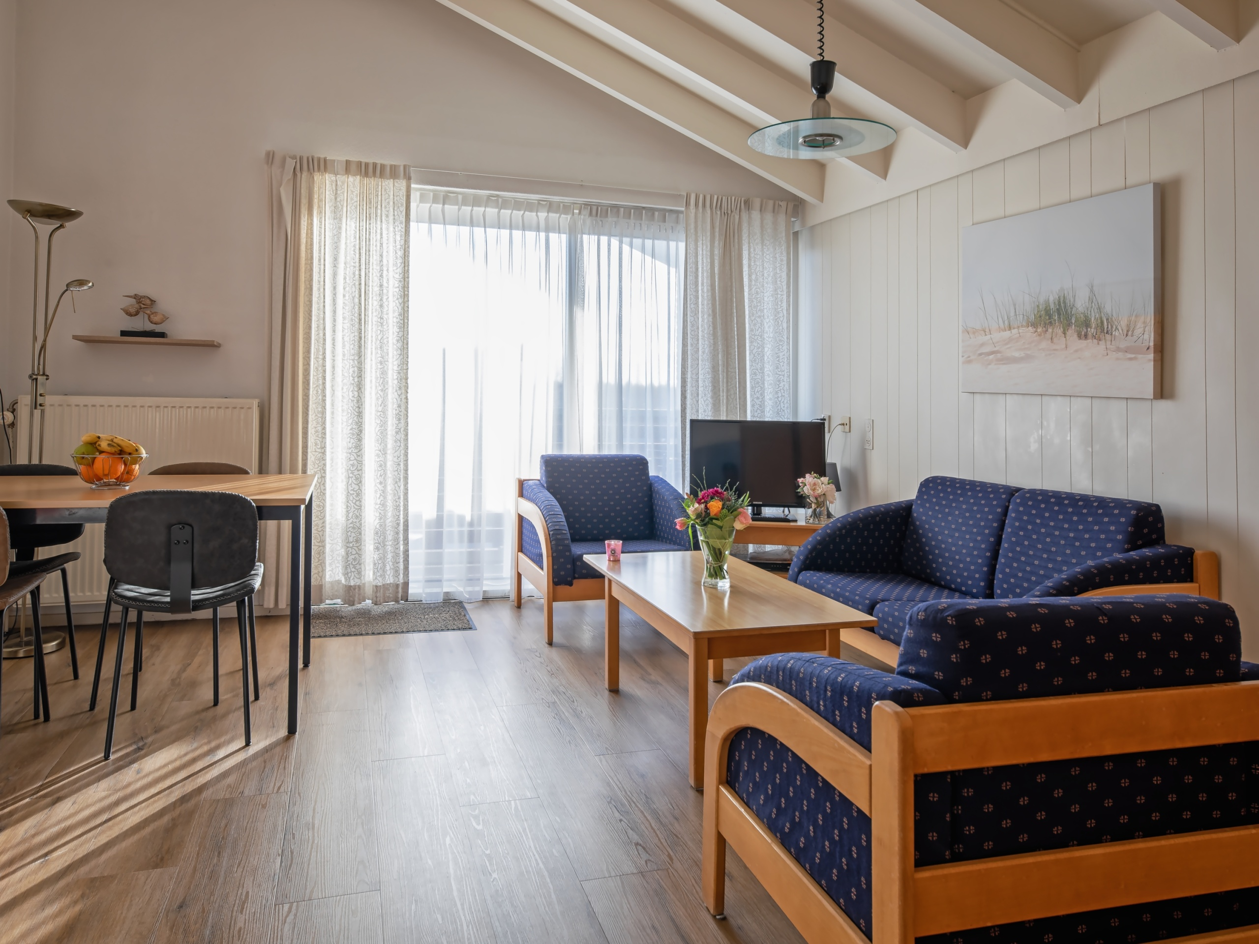 Bright and spacious apartment near the beach on the edge of the center of the seaside resort De Koog