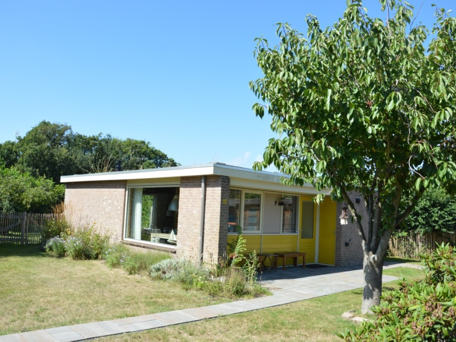 Quietly located holidayhome with spacious garden and convenient location near the forest and De Koog