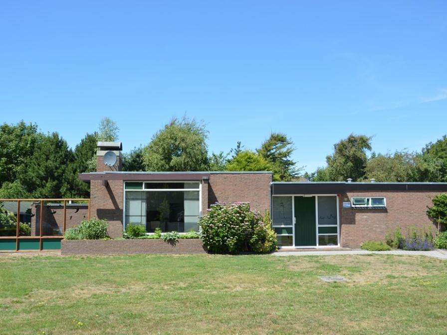 Zeer ruime en verzorgde vrijstaande bungalow in De Koog op loopafstand van het bos, duinen en het strand.