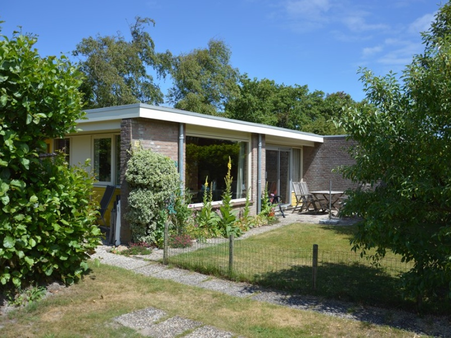 Quietly located holiday home with lots of space around the house conveniently located right by the forest near De Koog