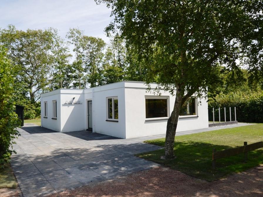 Gepflegtes, geräumiges Ferienhaus in waldreicher Umgebung und in der Nähe von De Koog
