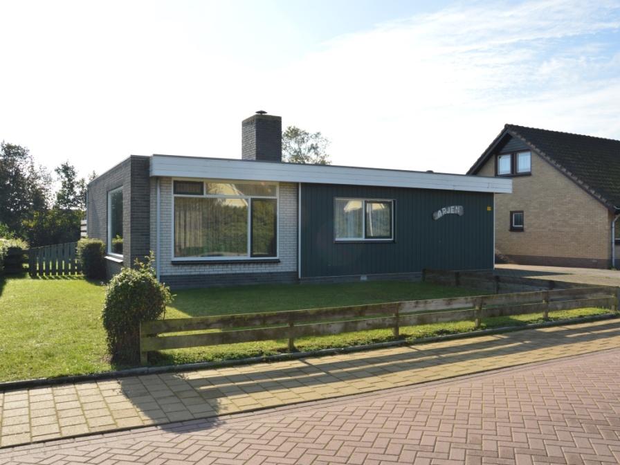 Vrijstaande comfortabele bungalow in De Koog met ruime zonnige tuin, op loopafstand van de duinen, bos en de zee.