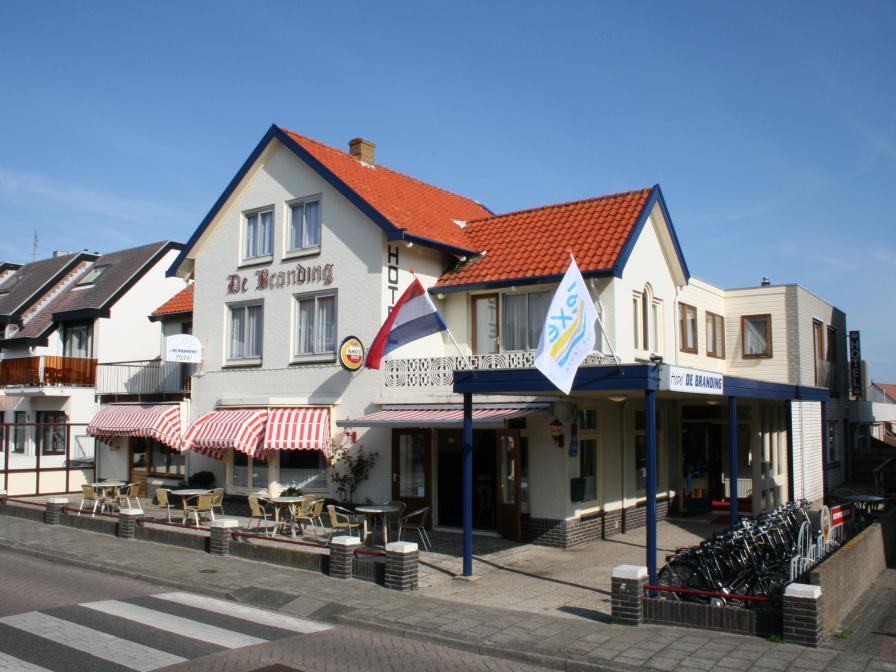 Hotel dichtbij de winkelstraat van De Koog, grenst aan bos en duin, strand op 300 meter